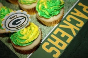 White Velvet Vanilla Bean Cupcakes for a Green Bay Packers Party!  | JavaCupcake.com