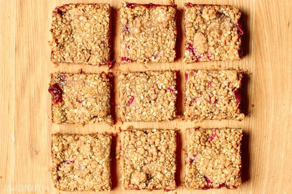 Strawberry Crumb Bars - Start your day off right with these fabulous oat and berry bars seasoned with cinnamon and nutmeg! | JavaCupcake.com
