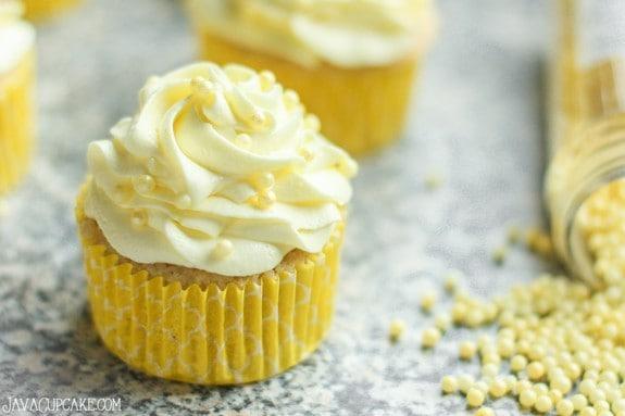 Easy Strawberry Lemon Cupcakes | JavaCupcake.com #recipe #lemon #strawberry #cupcakes #easy