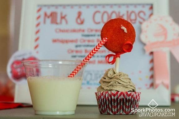Oreo Cupcakes with Oreo Balloon Pops & Milk | JavaCupcake.com #CupcakeWars