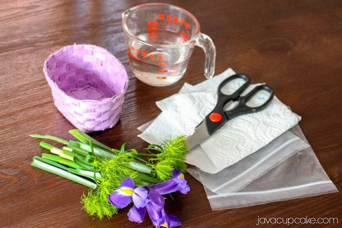 LIFE HACK:  How to Keep Flowers Fresh in a Basket Vase | JavaCupcake.com - A Baking, Life & DIY Blog