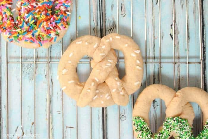 Pretzel shaped Cinnamon Sugar Cookies {Video Tutorial} | JavaCupcake.com